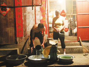 小吃店老板河水中取水磨豆浆 无证经营被查出